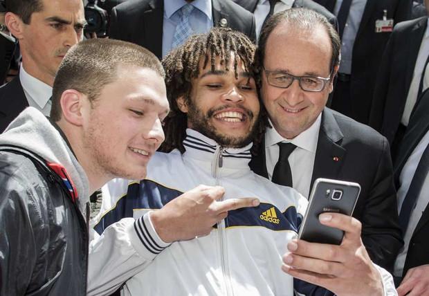 Hollande_selfie_doigt
